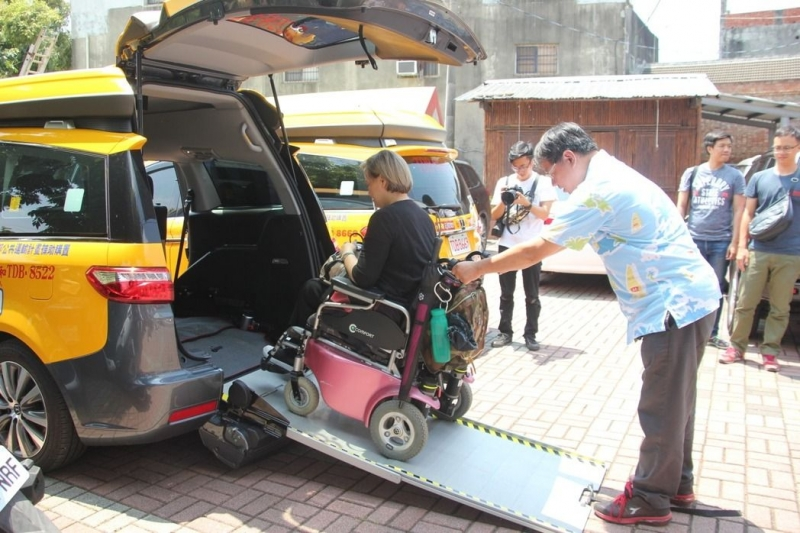 无障碍设施车队的计程车特殊的设计,让身障者搭乘更舒适。