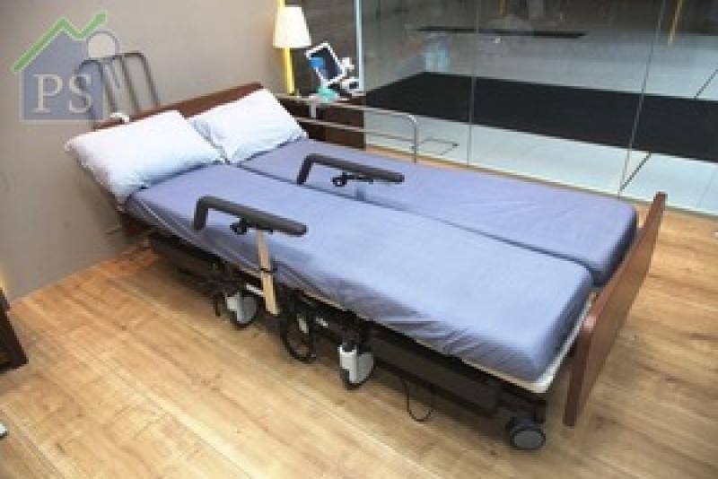 將床架降至最低,便可「分體」並拉起兩側扶手。