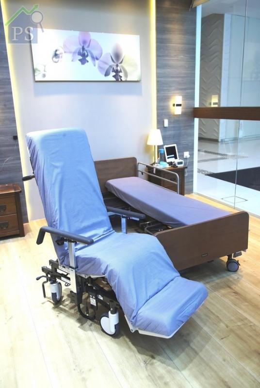 將半張電動護理床分體成為一張電動輪椅,整個過程不須5分鐘
