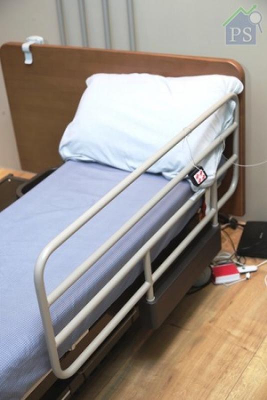 左右均設有安全圍欄的電動護理床,由Panasonic自家研發。