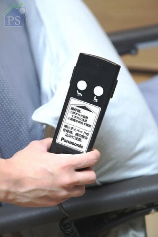 輪椅上的專用遙控器,可將平趟的床變成輪椅。