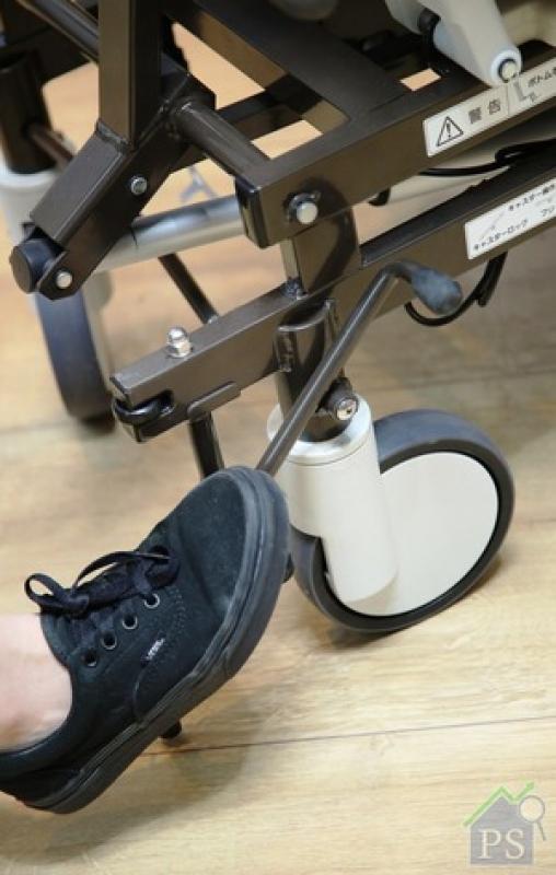 電動輪椅設有腳踏鎖,椅背同為床墊,使用上相對舒適。