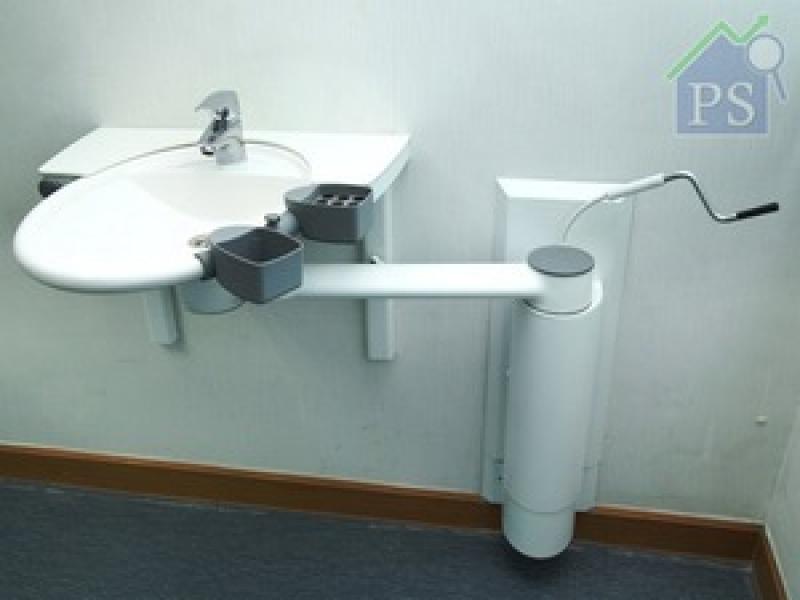 結合掛牆式站台及升降配件的Swing washbasin,前者將臉盆變成固定設計,方便其他家庭成員正常使用;後者可改變整組臉盆高度,迎合不同身高人士及不同清洗用途。