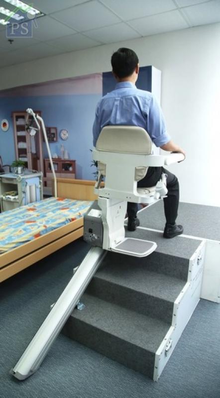 使用時,簡單將扶手上的控制器撥至升或降的方向即可。最後按動櫈底的手掣,待座位轉動90度至正確方向便完成。(備註:客人可要求上升至最高點時,腳踏與梯級在同一水平高度。