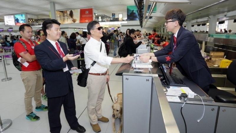在二號客運大樓有工作人員協助辦理登機手續。