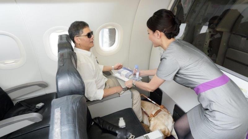 客人可以預訂飛機餐,但導盲犬就沒飛機餐吃,只會有冰塊代水。