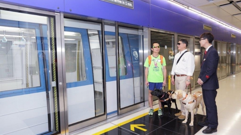 主人及導盲犬等候登無人駕駛列車。