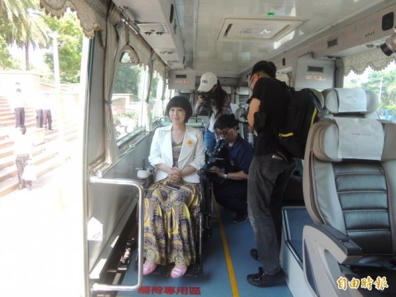 前立委楊玉欣搭乘統聯國道客運全新的無障礙車輛。