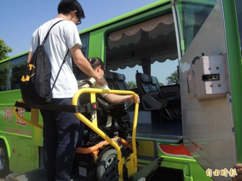 坐著輪椅輕鬆玩 統聯國道無障礙車輛駛進麗寶樂園