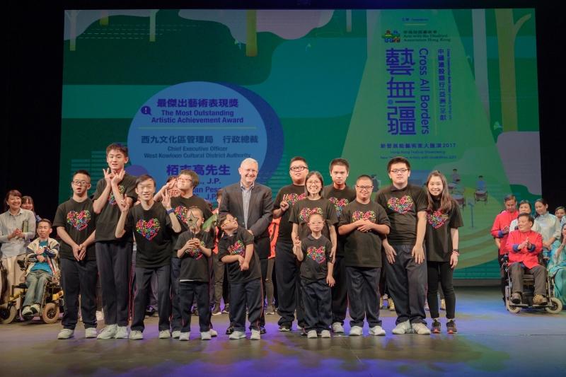 西九文化區管理局行政總裁栢志高先生(中)頒發最傑出藝術表現獎給《譜譜光繪》