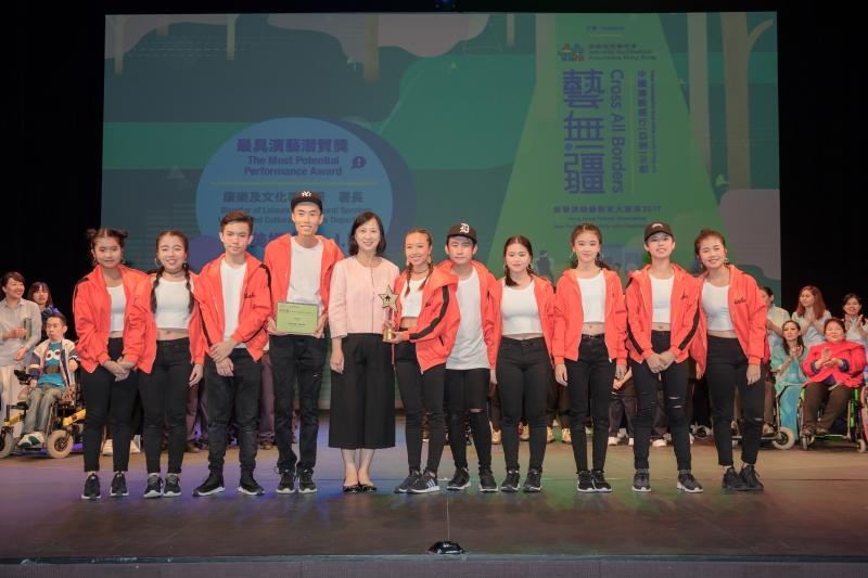 康樂及文化事務署署長李美嫦女士(中)頒發最具演藝潛質獎給森林樂聾人舞蹈團