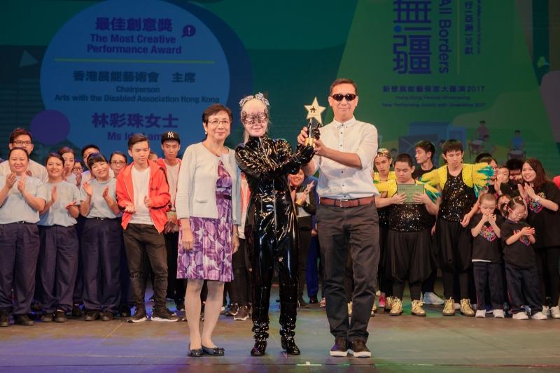 香港展能藝術會主席林彩珠女士(左)頒發最佳創意獎給鄧麗銘