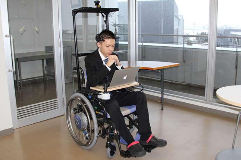 這不是神蹟,是科技!用念力就能控制輪椅方向,日本研發「腦波輪椅」 造福身障者