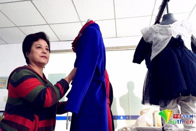楊萍在她的雅時依版房裡