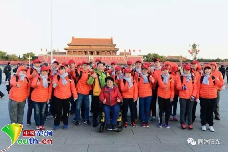 楊萍帶孩子們來到北京,實現攀登長城、觀看升國旗的夢想
