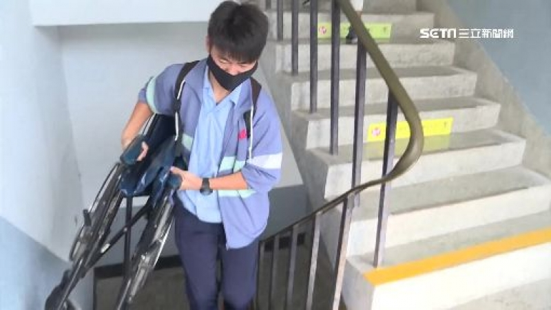 同學幫扛輪椅不喊累。