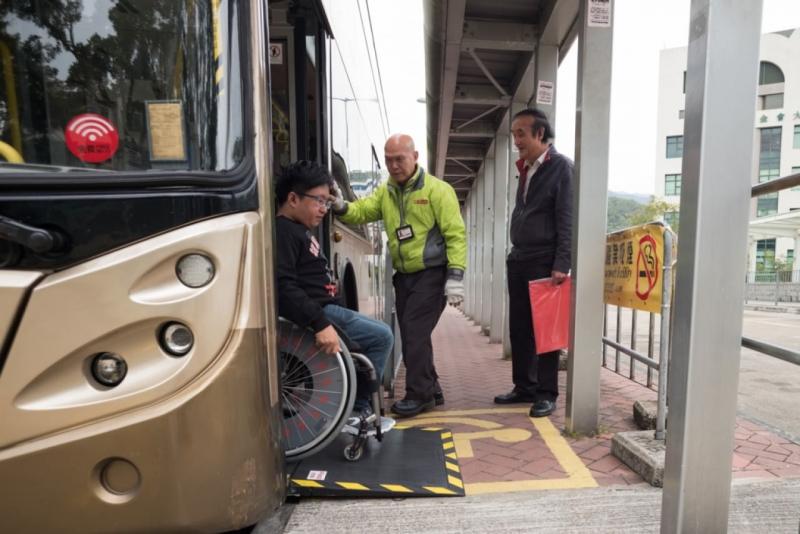 教大地處偏僻,學校在大學站設置接駁巴士,但由於巴士未能提供輪椅位,Andrew惟有在大埔墟站轉乘74K巴士。