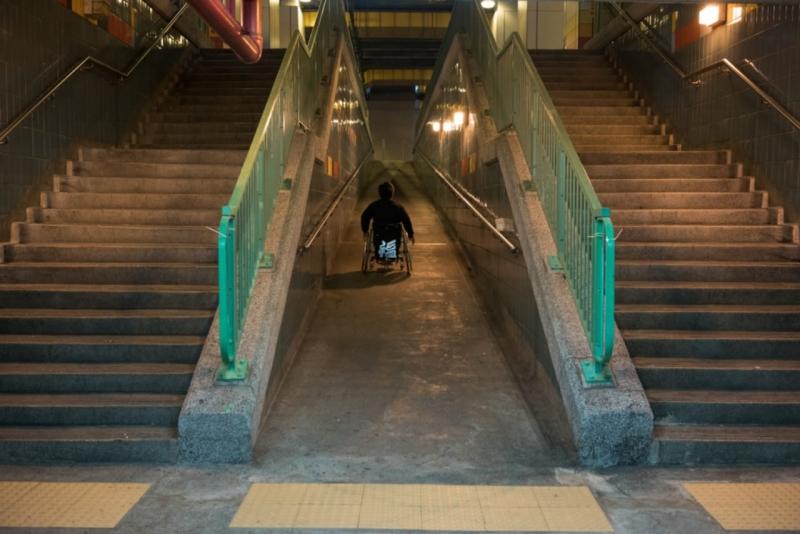 以輪椅代步的Andrew一點都不論盡,他步速極快,常常是我們追着他跑。