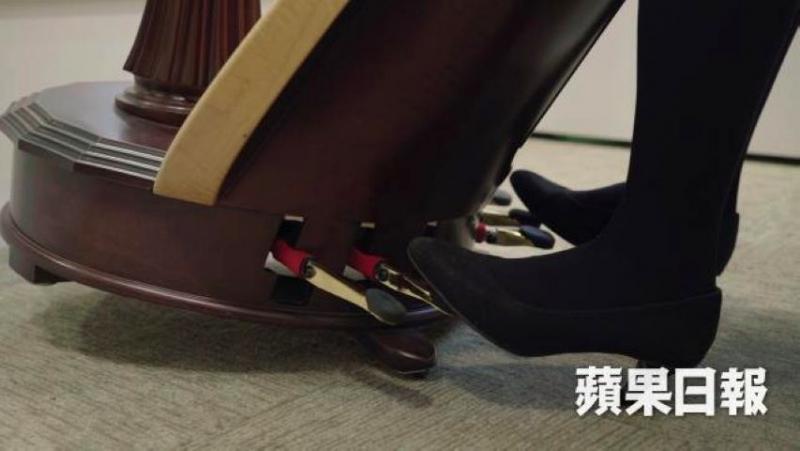 弹奏踏板式竖琴需要运用脚踏下踏板来转调;因为需要手脚协调,Constance认为这是竖琴易学难精的原因之一
