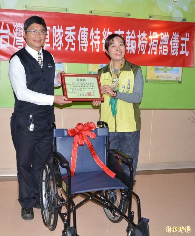 台灣大車隊台中分公司經理張森雄(左)今天代表捐贈10部輪椅給彰化市秀傳醫院,醫院行政副院長許惠美(右)回贈感謝狀