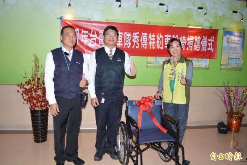 台灣大車隊今天捐贈10部輪椅給彰化市秀傳醫院
