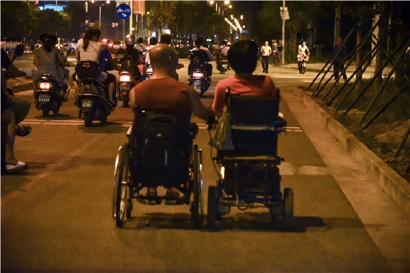 大明和雨青同為高位截癱患者,幸運的是大明的雙手仍健全,並肩前行的路上他為雨青控制輪椅