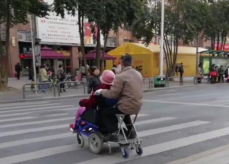 老翁可以從後控制輪椅