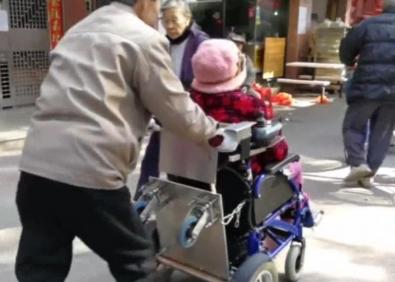 工程師的浪漫!病妻行動不便 粵翁造「情侶輪椅」