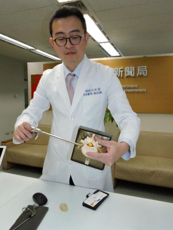 新北市立聯合醫院神經外科醫師陳冠毓示範內視鏡微創脊椎手術過程