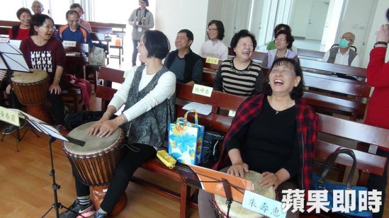 埔基長照中心設有樂齡中心,讓60歲以上長者學樂器、打桌球、畫畫等豐富多元的課程