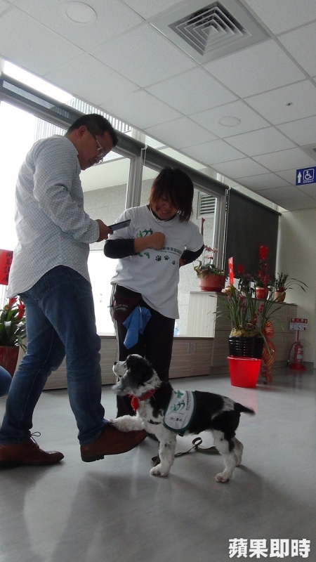 魯比陪受治者從事抬腿練習,讓物理治療不無聊