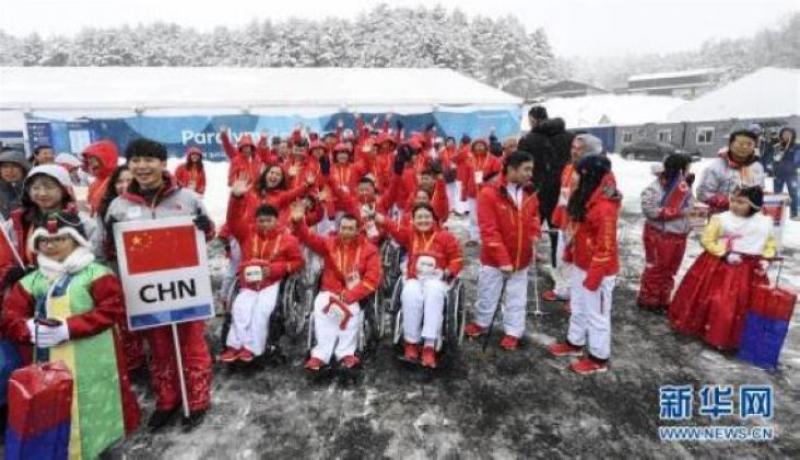 3月8日,中國體育代表團在升旗儀式現場合影。當日,2018年平昌冬殘奧會中國體育代表團升旗儀式在韓國平昌運動員村舉行