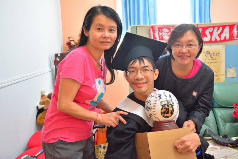 洪笠恭超愛棒球,用積蓄標下最愛的統一職棒全體球員簽名球,右為媽媽劉馨惠,左為最早為他進行早療教育的老師林春秀。