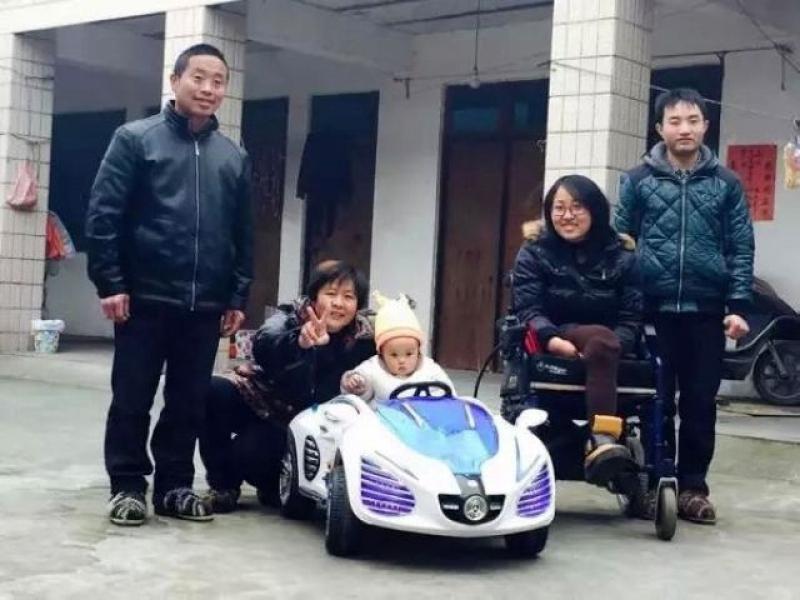 魏玲與丈夫及兒子一家開開心心地生活