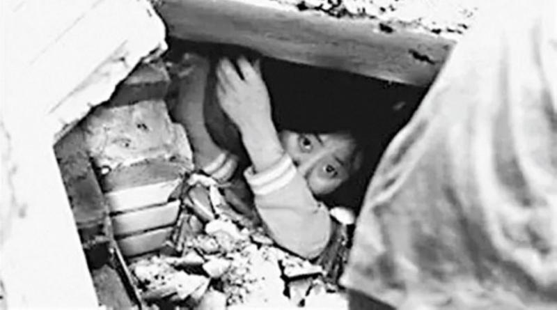 魏玲當日被困在瓦礫中48小時