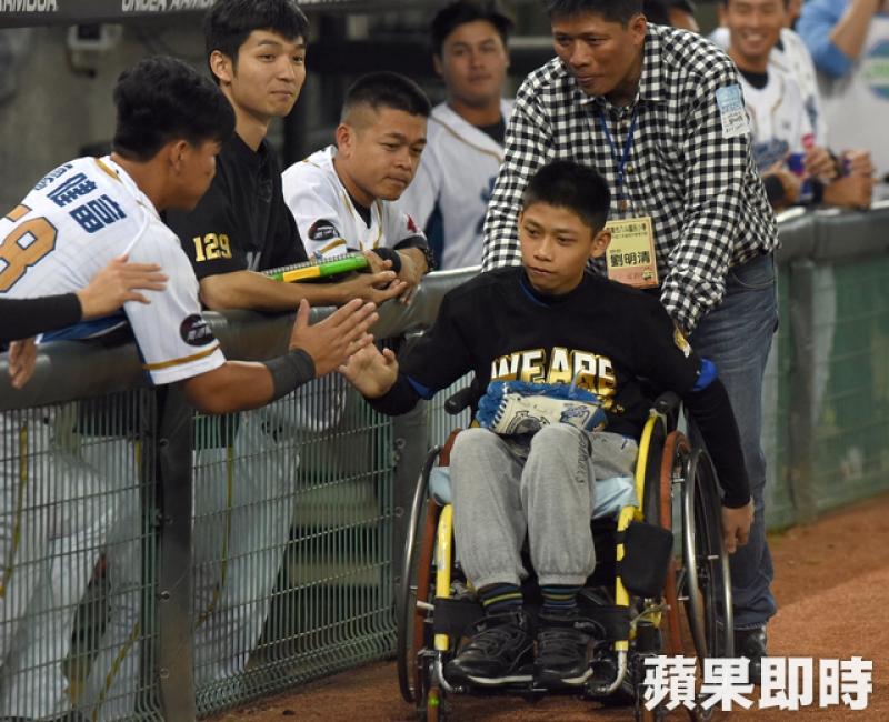 下半身癱瘓坐輪椅開球 小6生劉樂平生命鬥士