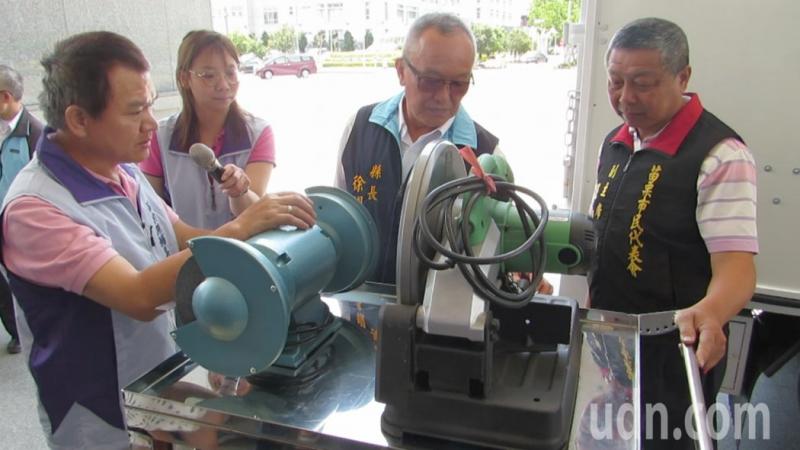 苗栗縣長徐耀昌(右二)仔細了解輔具專車的設備,肯定提供的服專業務