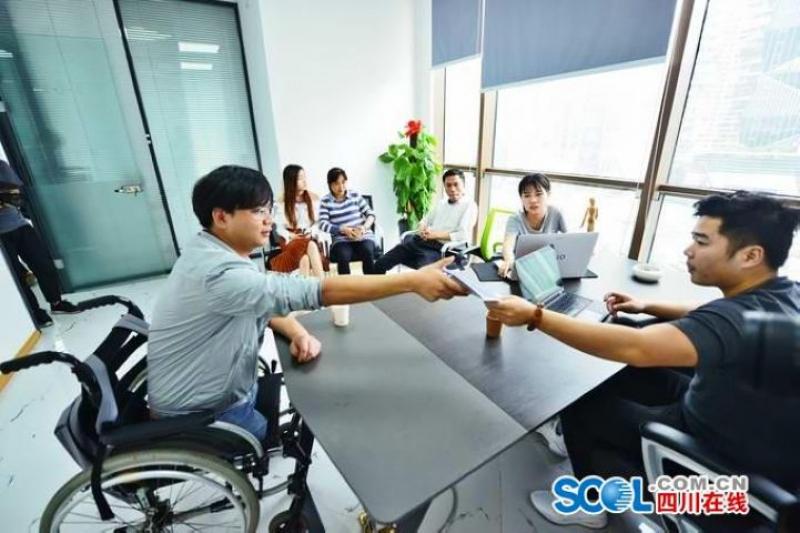 郑海洋在成都高新区的办公室与团队开会