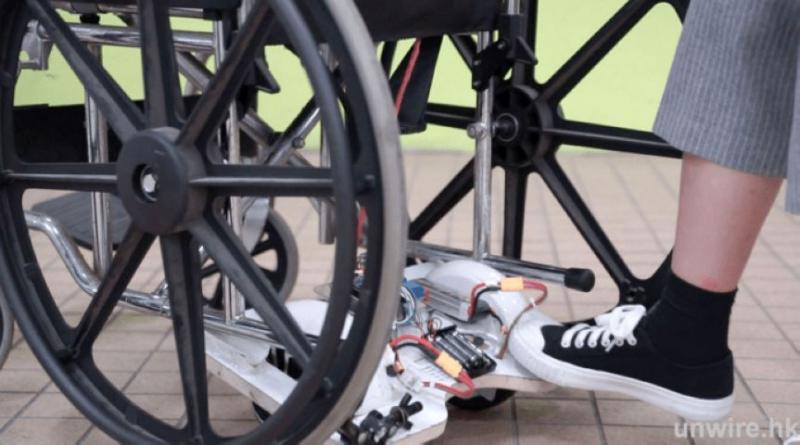 將輪椅輔助器的卡扣對上輪椅底部兩條鐵架的末端,即黑色膠頭的地方