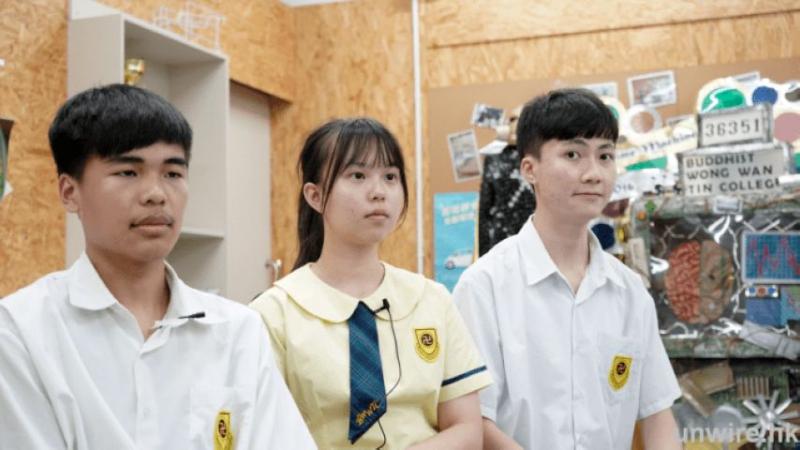 三位佛教黃允畋中學的學生研發輪椅輔助器「iWheel」,左起 : 吳小偉同學、何綺婷同學、陳珍健同學