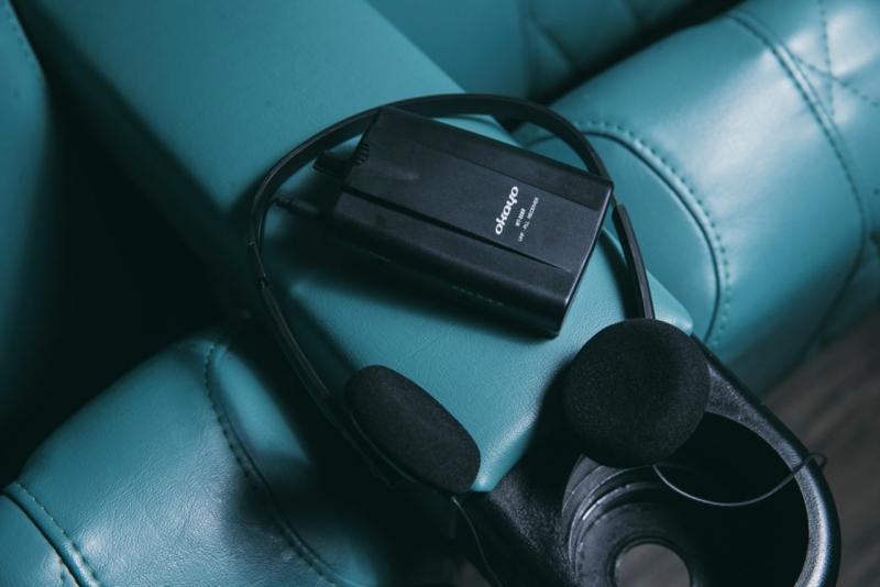 耳機可讓視障人士在戲院內接收口述影像聲道,與其他觀眾同步看戲