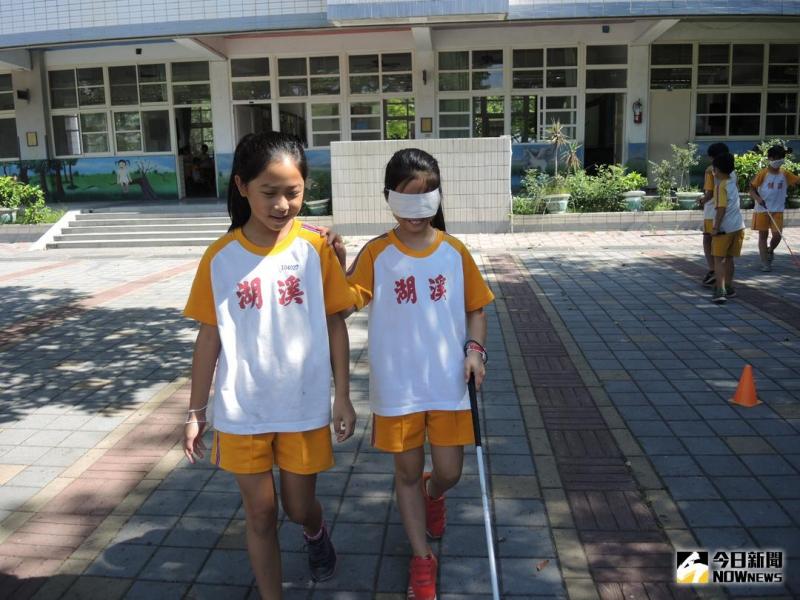 彰化縣瑪喜樂基金會在溪湖國小進行生命教育身障體驗,安排輪椅推走、矇眼行走、讓學童體驗感受視障與肢障者不便,對弱勢更有同理心。