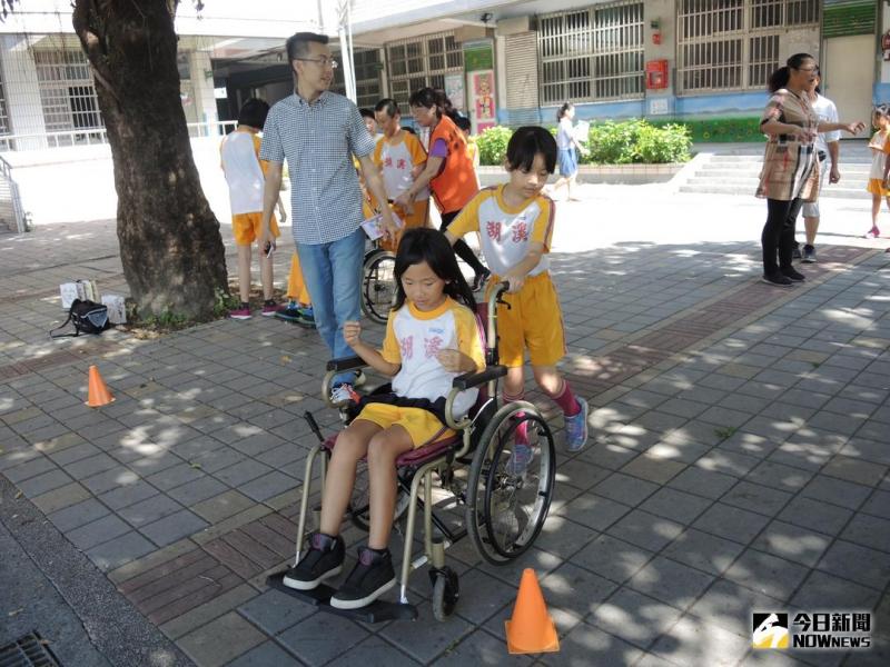 彰化縣瑪喜樂基金會在溪湖國小進行生命教育身障體驗,安排輪椅推走、矇眼行走、讓學童體驗感受視障與肢障者不便,對弱勢更有同理心...