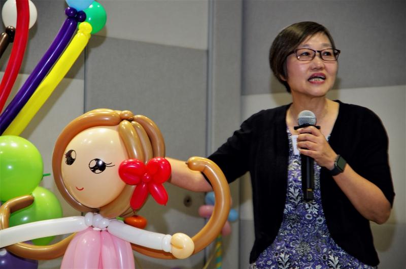 香港傷健協會總幹事高潔梅女士為「樂TEEN滿FUN計劃」《青年X社區》創意服務獎勵計劃啟動禮致辭。