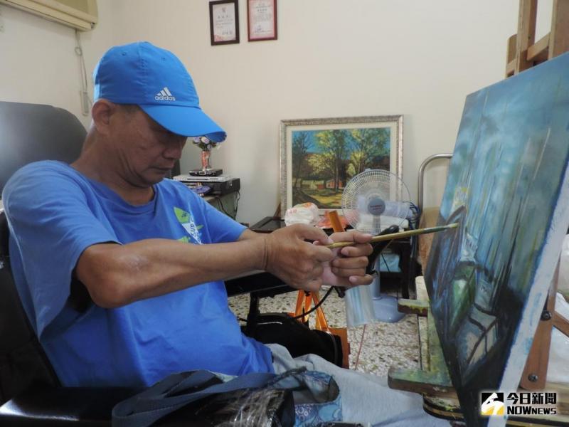 埔心乡民黄英华当兵时,修护机械不慎,造成颈椎受伤,下半身从此瘫痪,他努力习画,画出彩色人生,希望能把世上美丽的事物,全部留在画布上。