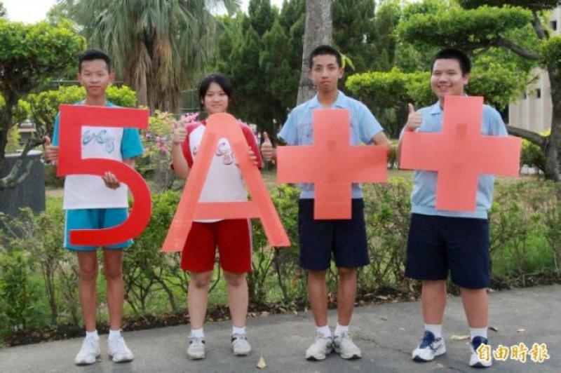 新營南光中學洪勝凱(左起)、施柔妤、黃翊豪、湯嘉彬考5A++。