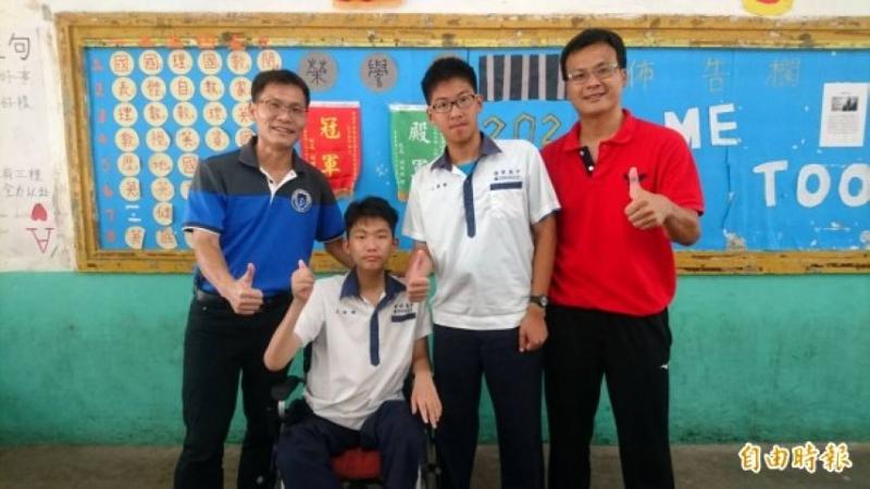 王銜醇(左2)、王偉勳(右2)會考成績傑出,港明校長劉春福(左)、導師林俊峰(右)稱讚
