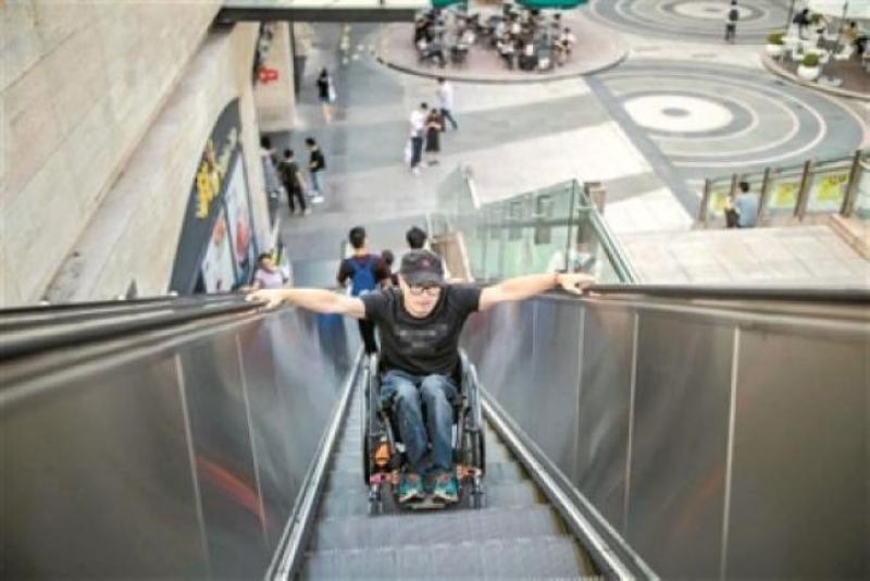 張健用手臂力量乘坐電梯