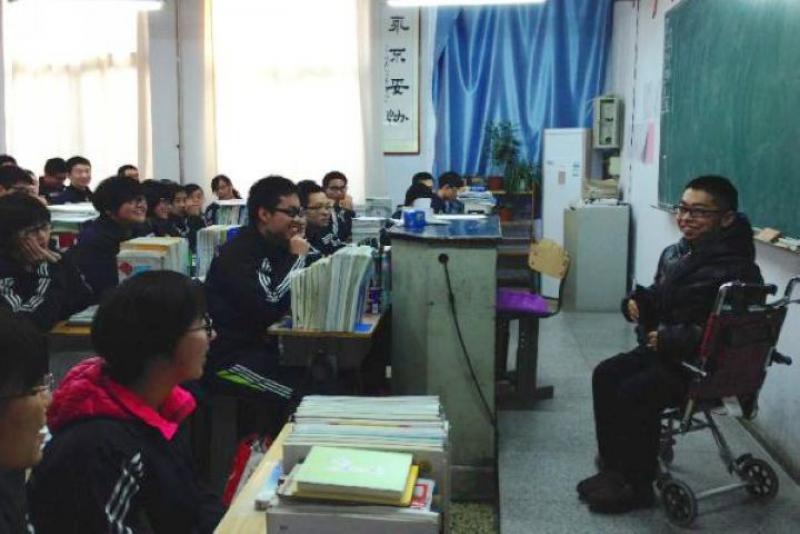 矣曉沅在河北一所中學為學生做演講