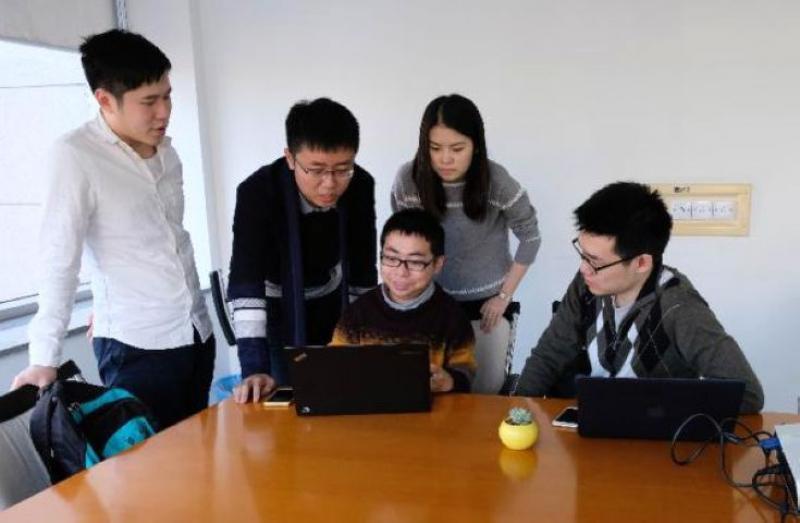 """矣曉沅和""""九歌""""研發團隊在實驗室討論"""